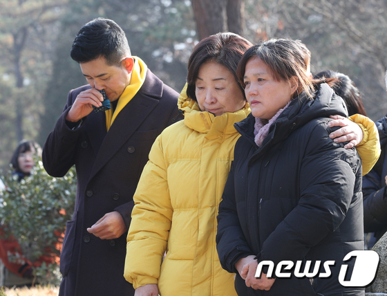 김용균 어머니 위로하는 심상정 대표