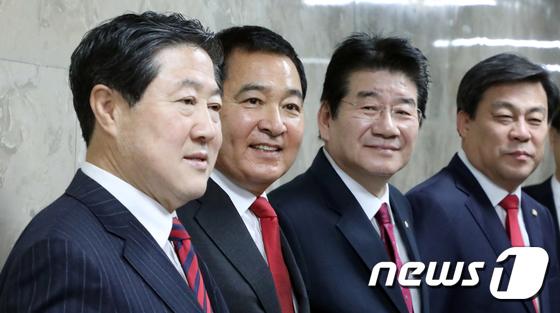 한국당 의총장 앞 원내대표 후보자들