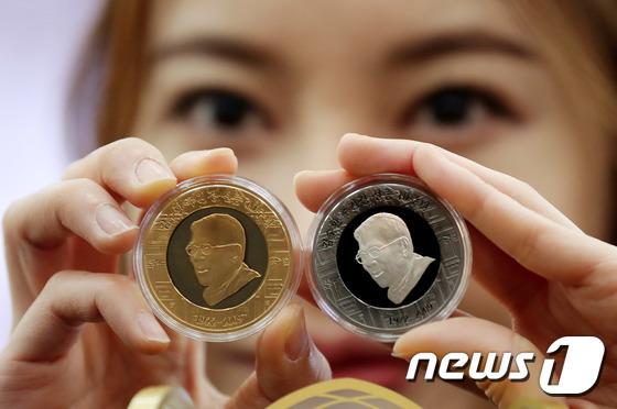 김수환 추기경 자화상 그려진 기념메달