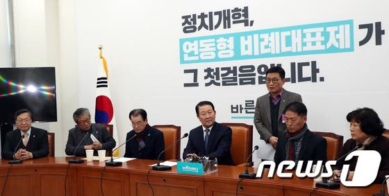 5.18단체 대표자 발언듣는 박주선 의원