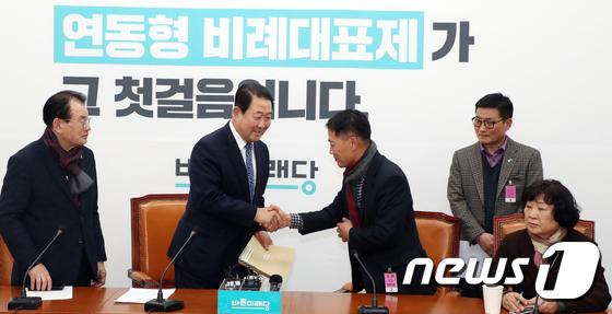 5.18 왜곡 관련 법 제정 촉구 서한 받는 박주선 의원