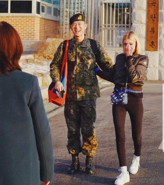 [N이슈] 빈지노, 오늘 전역 인증샷…'곰신' 여친 미초바 '눈물'