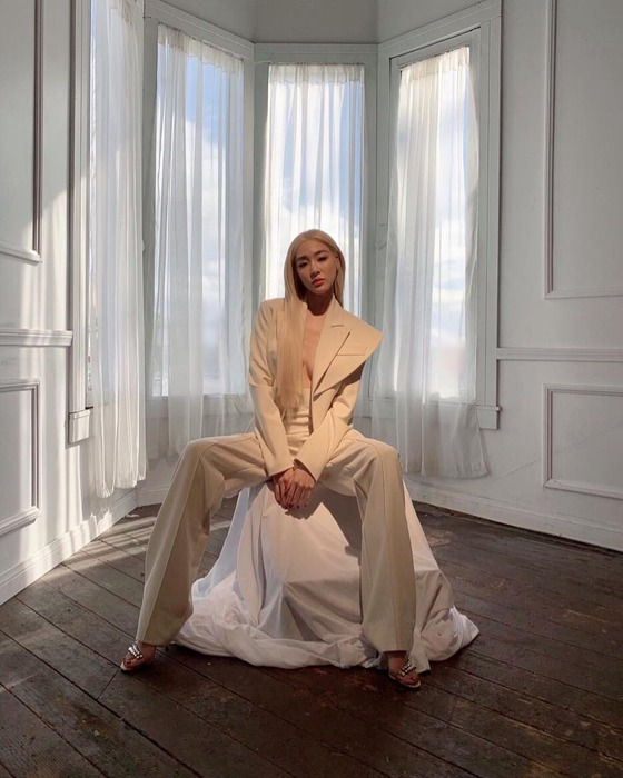 티파니, 파격 금발+노출 패션…카리스마 눈빛