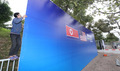 트럼프 대통령 숙소 유력한 호텔 앞에 설치되는 현수막