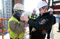 건설현장 근로자에게 마스크 씌워주는 이재갑 고용장관