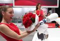 'AI로봇이 꽃다발을'