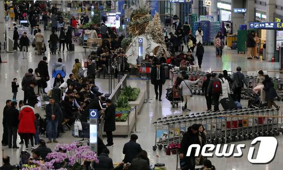 설 연휴 해외에서 보낸 여행객으로 붐비는 인천공항
