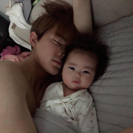 [N샷] 함소원♥진화 부부, 똑닮은 아기와 일상 공개…화기애애