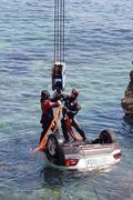 바다에 추락한 승용차 인양하는 해경