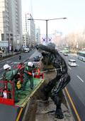 봄맞이 올림픽 조형물 세척하는 송파구