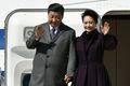 [사진] 파리 도착하며 손 흔드는 시진핑 부부