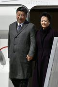[사진] 손 꼭 잡고 파리 도착한 시진핑 주석과 펑리위안 여사