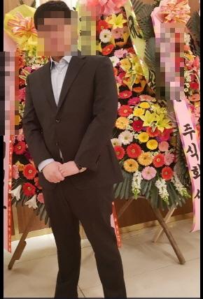 a8a439f414e 키 180cm·몸무게 99kg 기자가 지인 결혼식장에서 착용한 49만원짜리 수트 서플라이 정장. 화면 모서리 자르기와 모자이크를 제외한  사진 보정 작업을 하지 않았습니다.