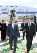 나란히 이동하는 한·투르크메니스탄 대통령