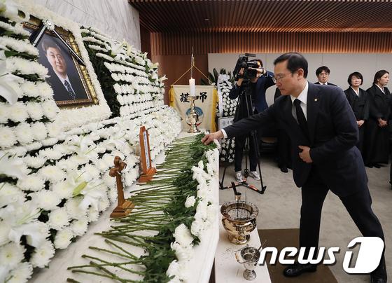 홍영표 원내대표, 고 김홍일 전 의원 빈소 찾아 조문