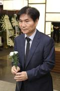 고 김홍일 전 의원 빈소 찾아 조문하는 이용선 시민사회수석
