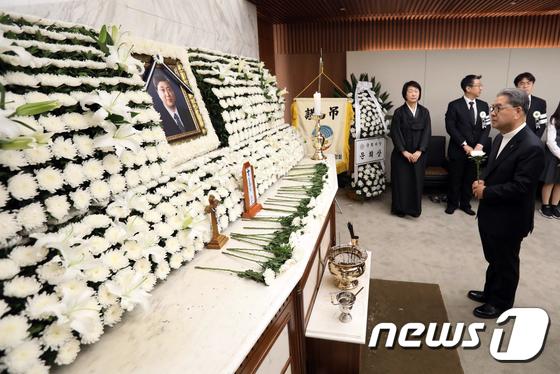 고 김홍일 전 의원 빈소 찾아 조문하는 이재정 교육감