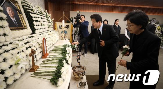고 김홍일 전 의원 빈소 찾아 조문하는 정동영 대표