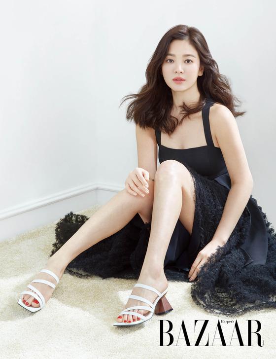 송혜교, 은근 섹시미까지…봄 햇살 속 미모
