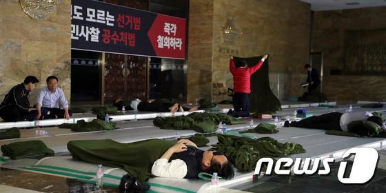 철야 농성으로 결사항전하는 한국당