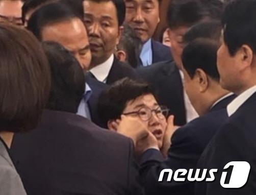 """자유한국당 """"문희상 국회의장, 여성의원에 신체접촉"""""""