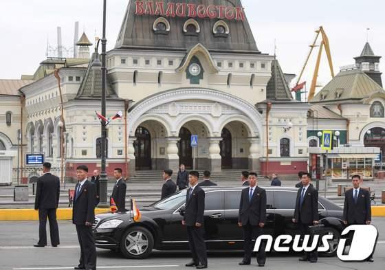 [사진] 경호원들에 둘러싸인 北 김정은 차량