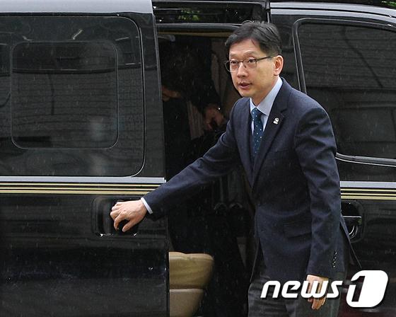 김경수, 석방 8일만에 첫 법정 출석