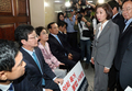 유승민계 바른미래당 의원들 격려하는 나경원 원내대표