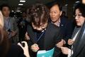 '패스트트랙 막아라' 민주당 관계자 막는 한국당 의원들