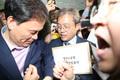 법안제출 저지 당하는 송기헌 의원