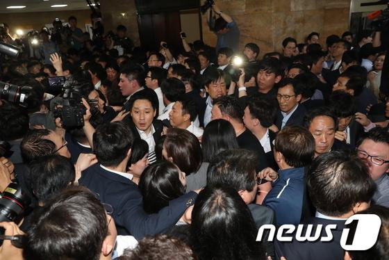 한국당 '결사저지'에 여야4당 '패스트트랙' 1차시한 넘겨