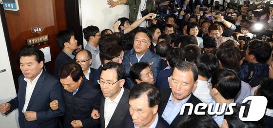 한국당 육탄저지에 패스트트랙 열차 진통…밤샘대치(종합)