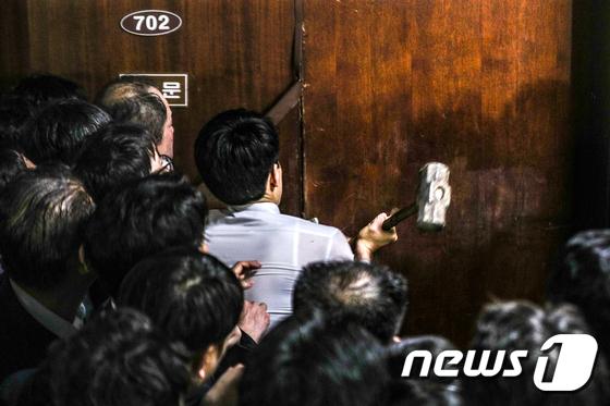 밤새 몸싸움에 대형 망치까지...'우리 정치의 민낯'