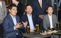 맥주 회동서 인사말하는 오신환 원내대표