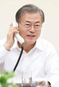 전화 통화하는 문재인 대통령