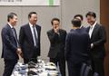 대화나누는 주형철 신남방정책위원장