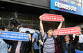 '가짜 등급제 폐지하라'...이해찬 대표 행사장의 장애인 단체
