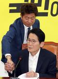 윤소하 원내대표와 인사하는 여영국 의원