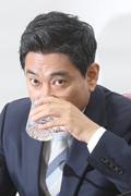 물 마시는 오신환 원내대표