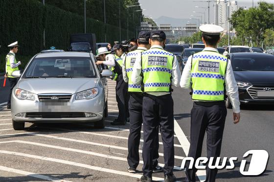 상습 체납차량 일제 단속하는 경찰
