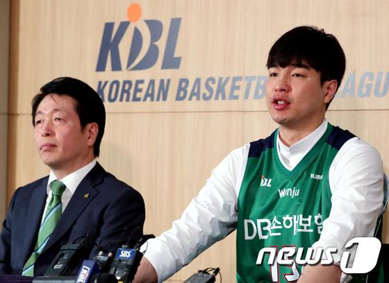 취재진 질문에 답하는 김종규