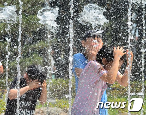 물방울 모자 쓴 어린이들