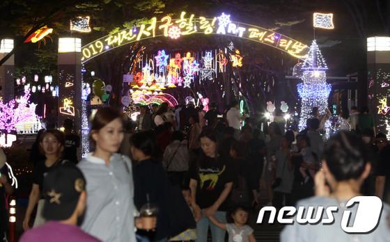 밤에 대전 서구힐링아트페스티벌 찾은 시민들
