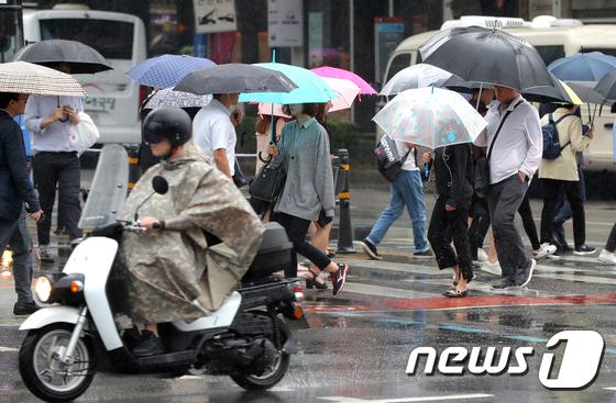 내리는 비에 더위 꺾인 월요일 출근길