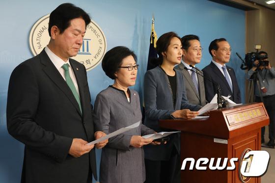 기자회견 갖는 바른미래당 의원들