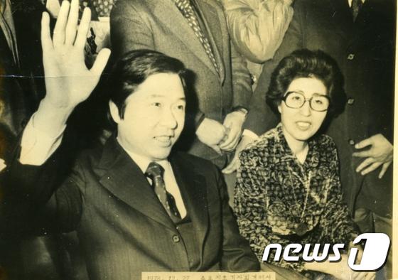 이희호 여사 '가석방 된 김대중 전 대통령과 함께'