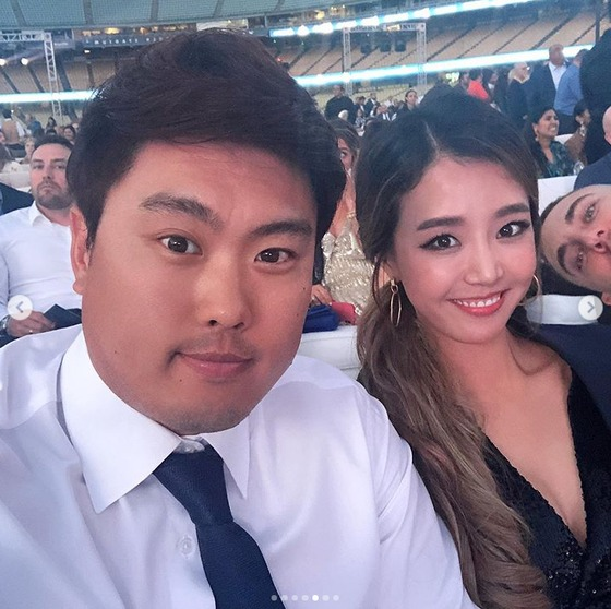 배지현, 류현진과 자선 행사 참석…'팔색조' 여신 미모