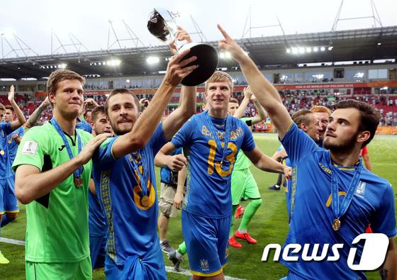 팬들에게 우승 트로피 보여주는 우크라이나 선수들