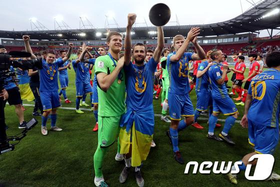 우승 즐기는 우크라이나 대표팀