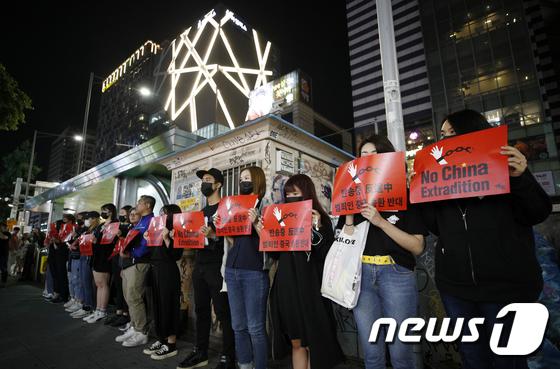 홍콩 검은 대행진에 검은 옷 입고 모인 유학생들